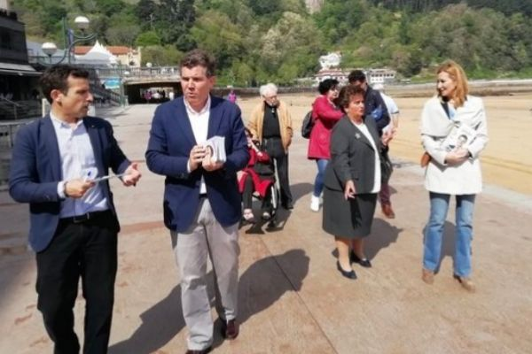 Arcauz junto a otros miembros de su candidatura en Zarautz.