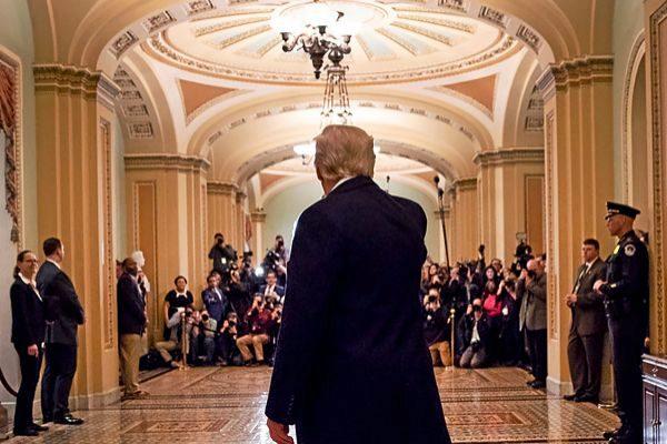 Trump saluda a los periodistas congregados durante su visita al Capitolio.