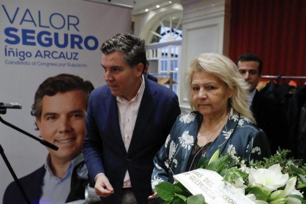 La ex presidenta de la AVT y aspirante del PP al Senado por Madrid, Ángeles Pedraza, junto al candidato del PP al Congreso por Gipuzkoa Iñigo Arcau.