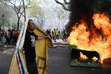 Vehículos quemados y comercios destrozados en  un violento 'ultimátum'  a Macron