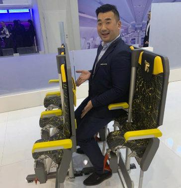 Un bloguero especializado prueba los asientos del Skyrider 3.0 en la feria de Hamburgo.