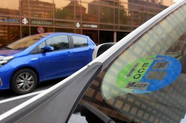 Un vehículo estacionado ayer en Madrid con el distintivo de la DGT.