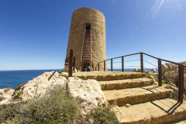 Una torre vigía frente al horizonte azul de Cabo de Gata.