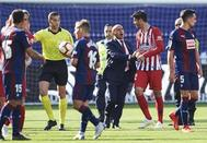 Morata discute con Arberola Rojas, tras la polémica acción.