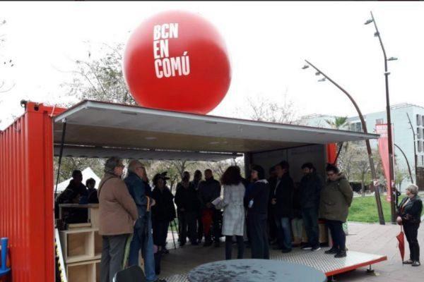 La carpa instalada por En comú Podem esta tarde en los Jardines de Can Xiringoi, en Nou Barris.