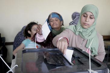Una mujer vota durante la consulta, en El Cairo.