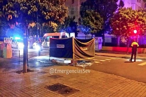 La Policía de Sevilla toma pruebas en el lugar del accidente.