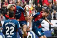 Ávila (i) y Moi Gómez (d) luchan por el balón  con Pozo.