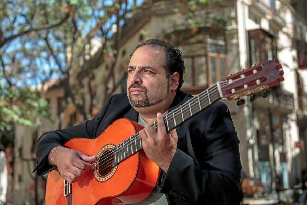 El guitarrista Juan de Pilar en la Plaça del Tossal de Valencia.