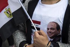 Un ciudadano con una camiseta de Al Sisi.