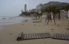 La playa de la Albufereta, con parte de la pasarela de madera destrozada por el temporal.