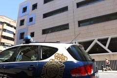 Vehículo de la Policía Nacional frente a la comisaría de Alicante