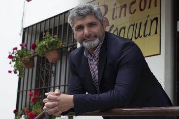 Juan José Cortés, en el bar Joaquín de Beas (Huelva) en una parada en su agenda de campaña.