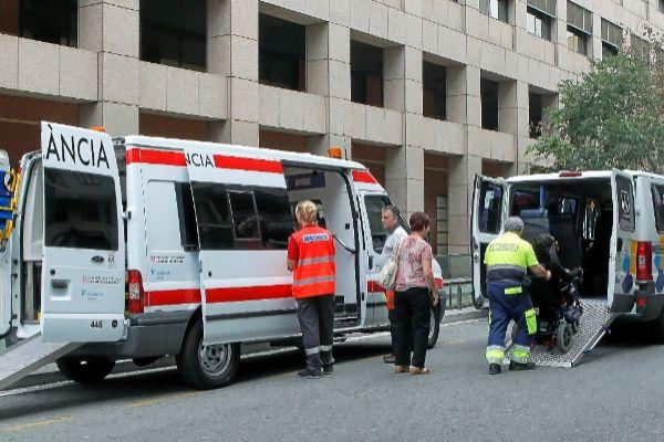 Pacientes son trasladados en ambulancia a la entrada al Hospital Clínic de Barcelona.