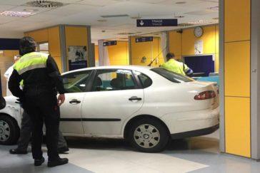 Policías locales observan el vehículo dentro de Urgencias.
