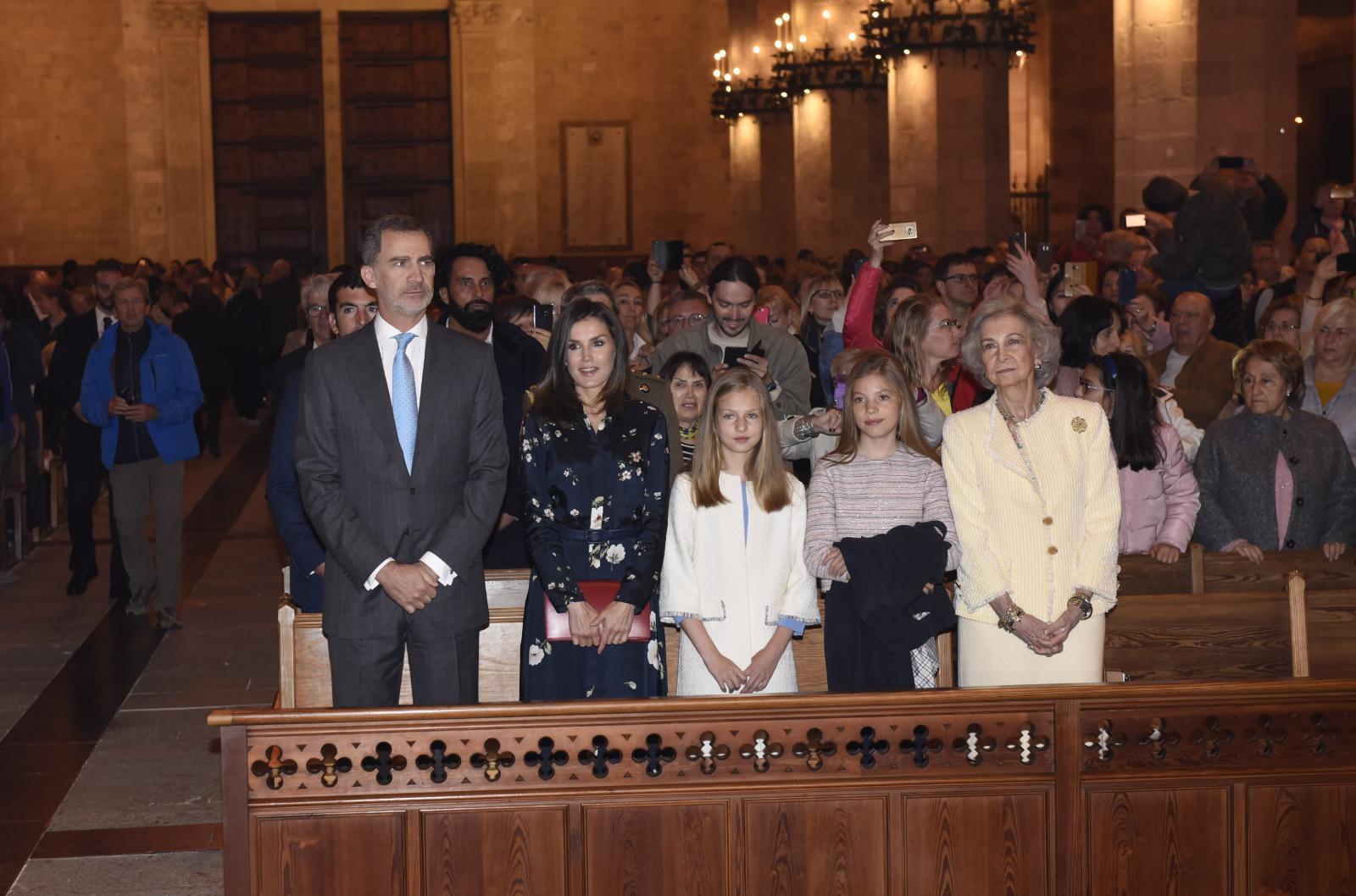 Los Reyes, sus hijas y Doña Sofía en la Catedral de Palma.