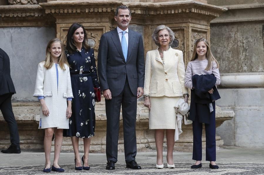 En esta ocasión Letizia ha elegido un vestido midi azul...