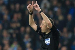 Cakir consulta el VAR tras el gol de Sterling, posteriormente anulado.