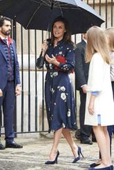 La Reina ha elegido un vestido midi azul marino de <strong>Massimo...