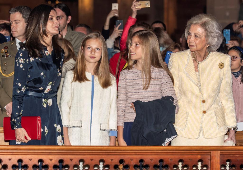 La reina Letizia, la princesa de Asturias, la infanta Sofía y la reina Sofía han asistido a la misa del Domingo de Resurrección en la catedral de Palma. Al lado del rey iba sentada doña Letizia y en los asientos traseros la princesa de Asturias, la infanta Sofía y la reina Sofía.