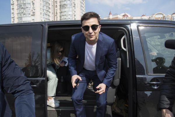 El candidato presidencial Volodymyr Zelensky acude al centro de votación, en Kiev.