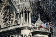 Bomberos y técnicos trabajan en una balconada de la catedral de Notre Dame, el pasado día 19.