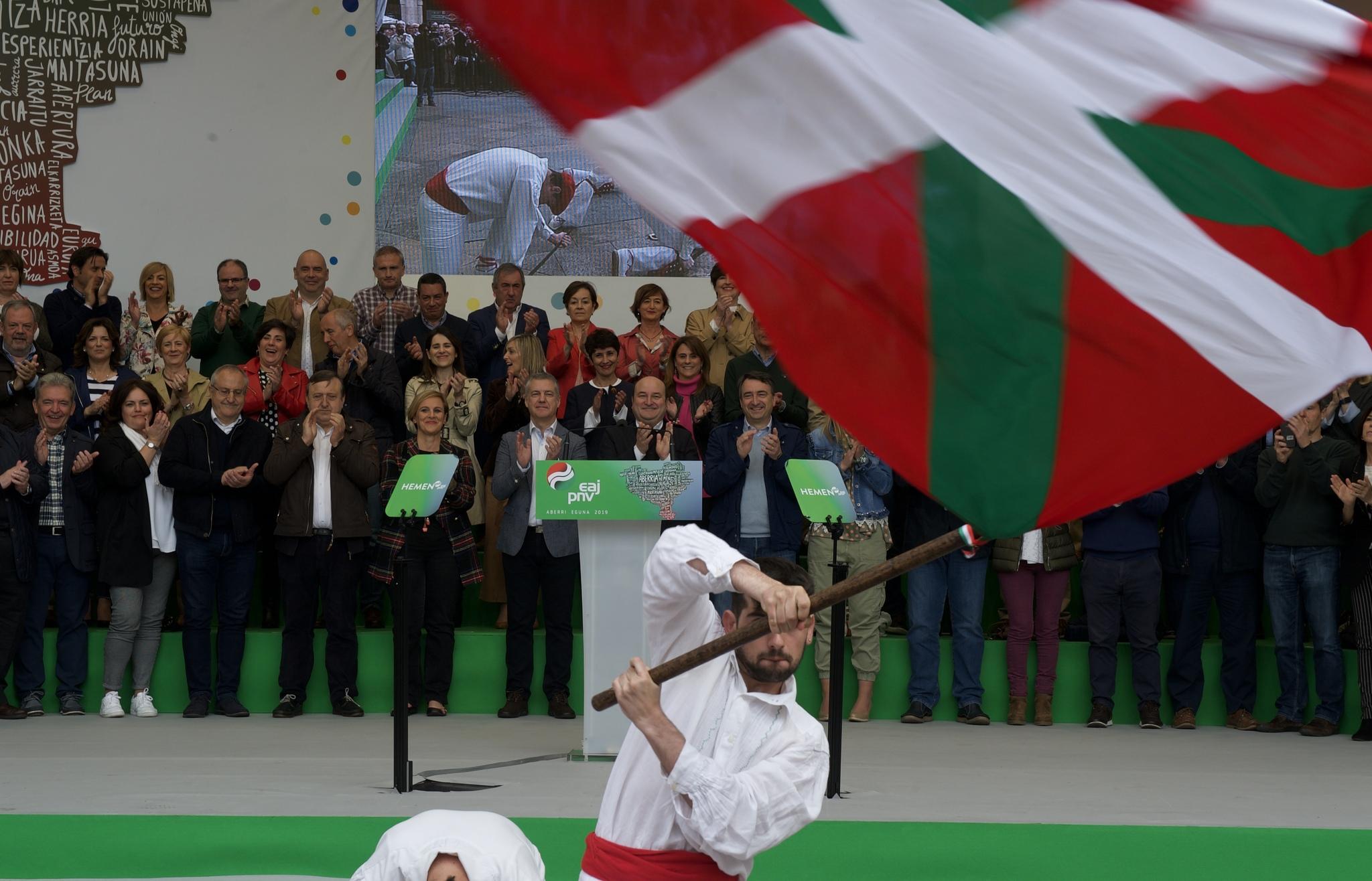 Los dirigentes nacionalistas durante el homenaje a la ikurriña.