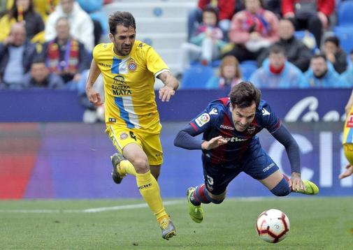 El jugador del RCD Espanyol Víctor Sánchez, disputa un balón con el jugador del Levante Toño en el Ciudad de Valencia.