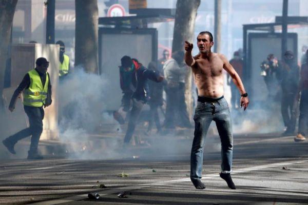 manifestante de los 'chalecos amarillos' participa en un enfrentamiento con la policía.