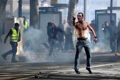 """""""Suicidaos"""", el grito de los chalecos amarillos a la policía que indigna a Francia"""