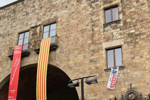 Imagen de la Biblioteca de Cataluña con las pancartas
