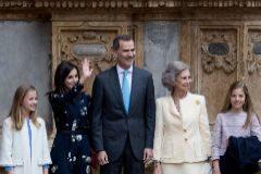 Los Reyes, sus hijas y Doña Sofía asisten a la misa de Pascua en Palma