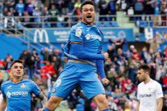 GRAF5037. MADRID (GETAFE).- El jugador del Getafe <HIT>Jorge</HIT> <HIT>Molina</HIT> (c) celebra un gol contra el Sevilla, durante el partido correspondiente a la trigésimo tercera jornada de Liga, disputado en el Coliseum Alfonso Pérez, en Getafe.