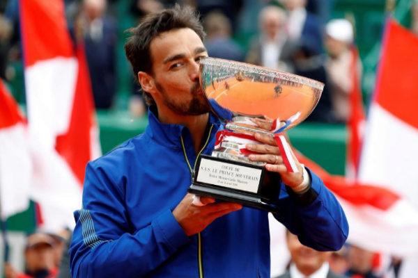 Fabio Fognini besa el trofeo en Montecarlo.