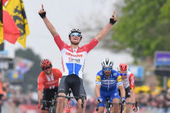 Siesta final de Alaphilippe y exhibición histórica de Van der Poel en la Amstel Gold Race