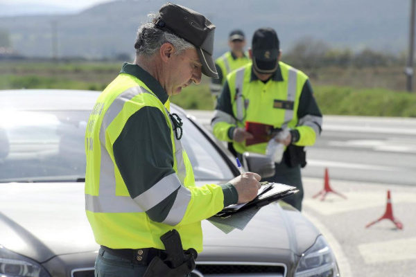 Agentes de la Guardia Civil, durante un control de alcoholemia.