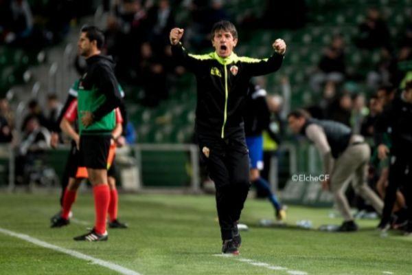 El entrenador del Elche, Pacheta, durante un partido.