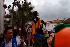 Vecinos   pegan tiros y meten fuego a un muñeco de Puigdemont
