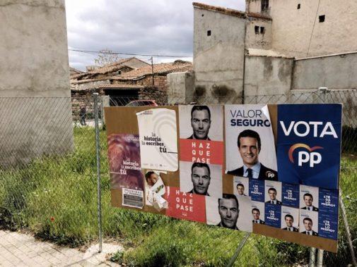 Carteles electorales en un municipio de Madrid.