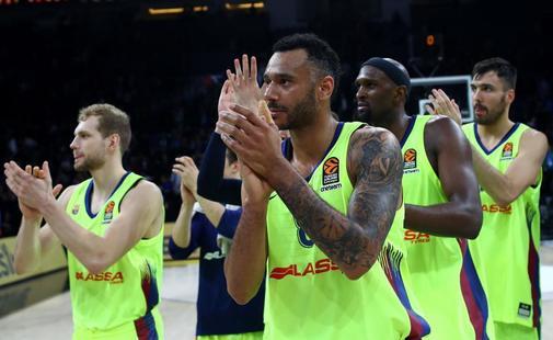 Los jugadores del Barça celebran su triunfo en Estambul ante el Efes.