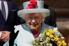 La reina Isabel II saluda antes de asistir a la misa de Pascua, ayer.