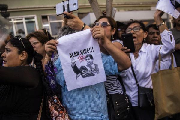 Seguidores del ex presidente Alan García en su funeral.