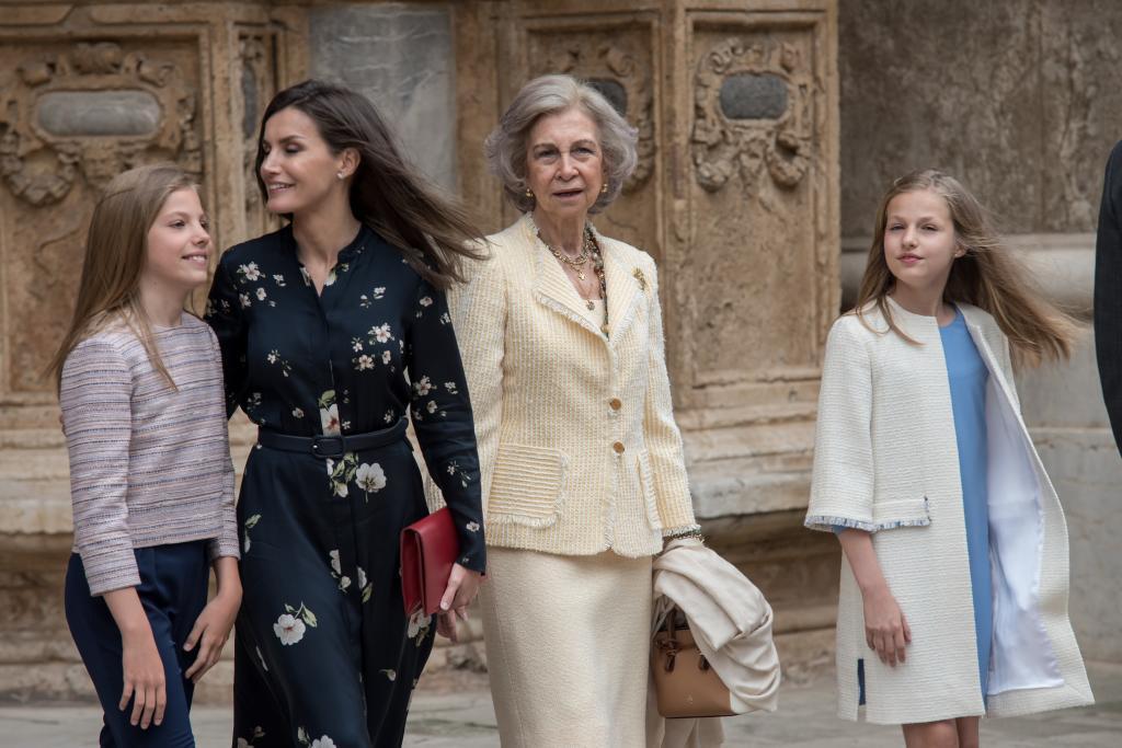 La reina Letizia y doña Sofía con la princesa Leonor y la infanta Sofía a su salida de la misa de Pascua este domingo en la catedral de Palma.