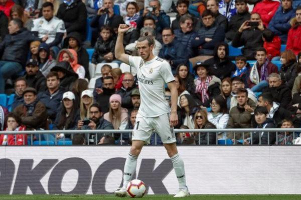 Bale levanta el pulgar a la grada, durante el partido ante el Athletic.