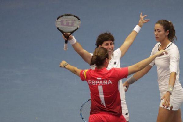 Anabel Medina, de espaldas, Suárez y Muguruza celebran el triunfo.