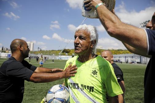 Isaak Hayik celebra el récord Guinness, a sus 74 años.