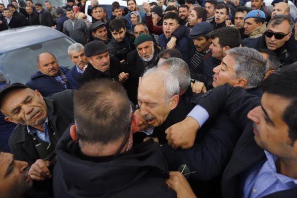 El líder opositor Kemal Kilicdaroglu es atacado durante un funeral.