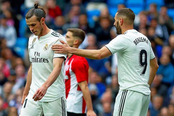 Benzema intenta consolar a Bale, este domingo en el Bernabéu.