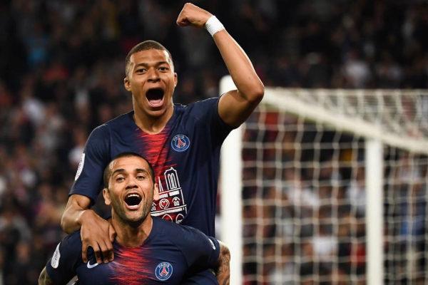 Alves y Mbappé celebran un gol ante el Mónaco.