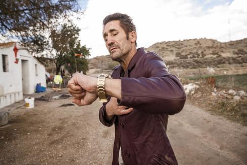 Poli Díaz, consultando el reloj, en una casa de labranza entre Villaverde y Vallecas, donde vive.